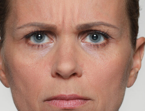 Zusammenziehen der Augenbrauen