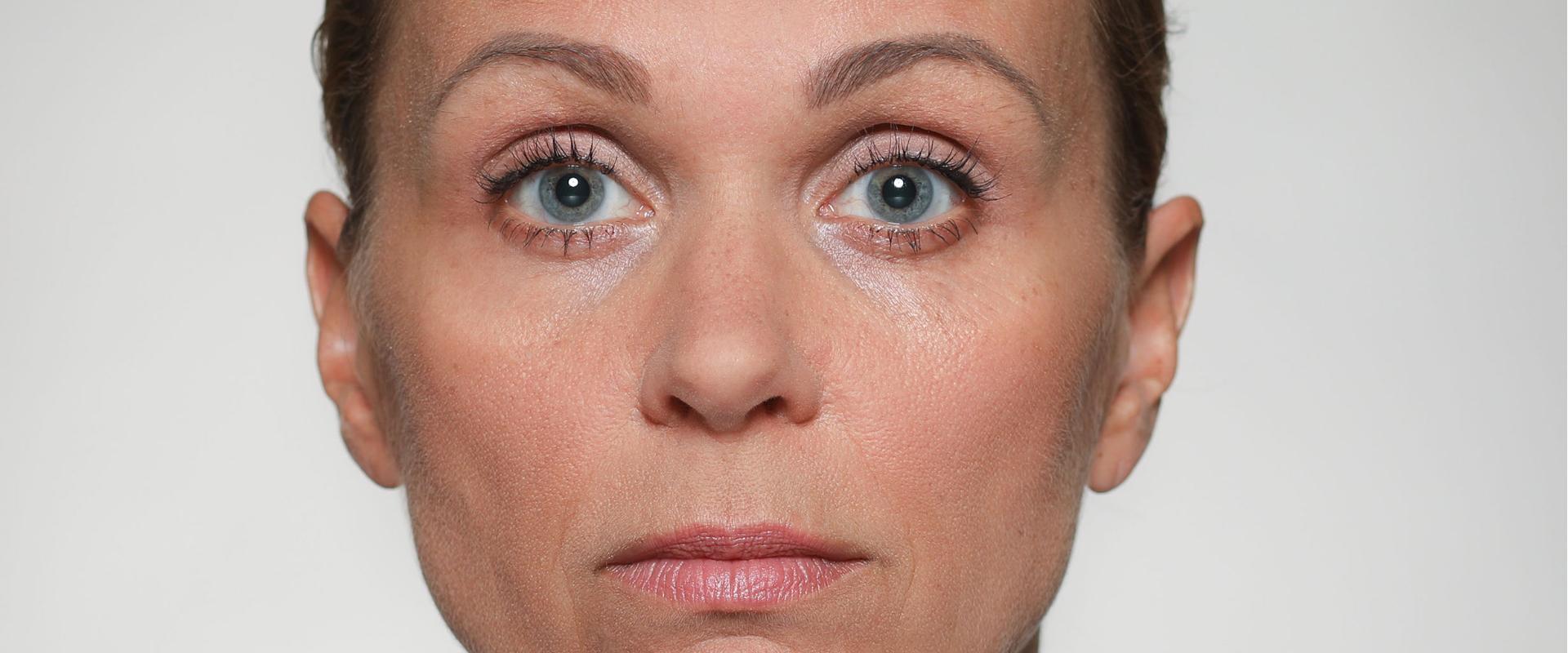 Augenbrauen hochziehen